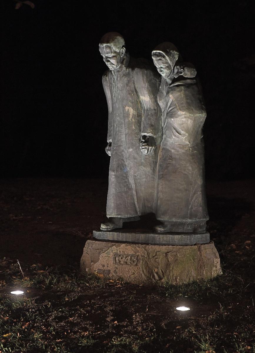 Neugablonzer Familie spendet Beleuchtung für Vertriebenen-Denkmal ...
